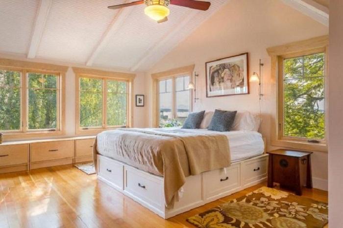 Хорошее и максимально комфортное решение для создания ниши под кроватью.