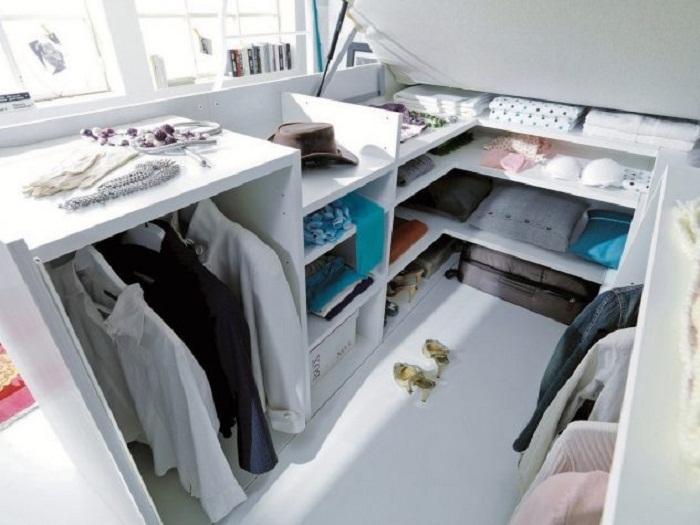 Очень оригинальное и прекрасное решение для декорирования комнаты и создания в ней гардеробной.