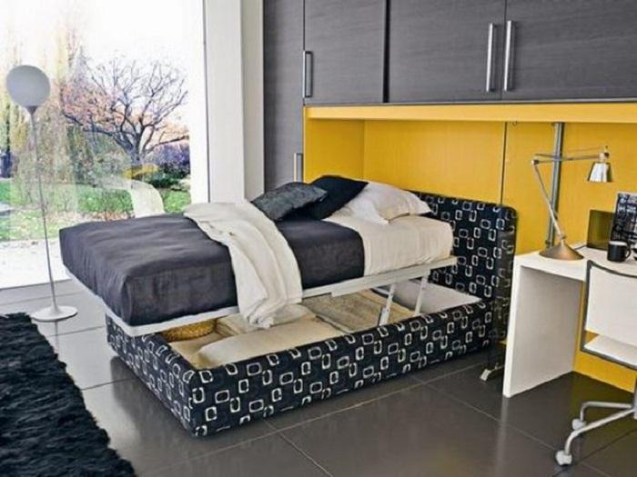 Кровать в темных тонах с нишей, что точно понравится и создаст очень нестандартный интерьер.