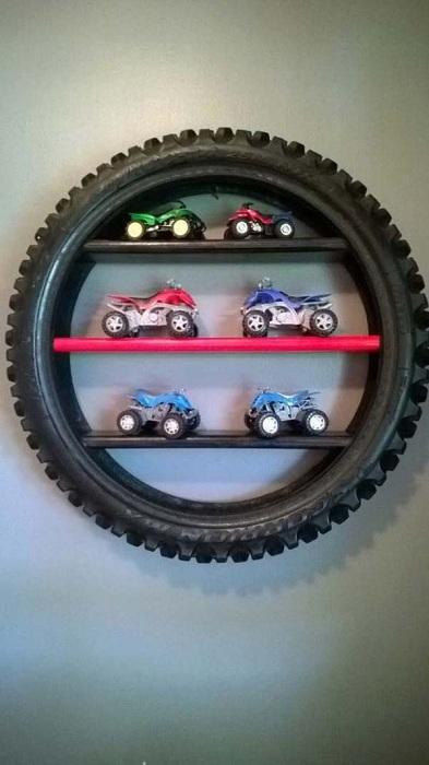 Нестандартное решение создать полочки в колесе и разместить его на стене, создаст специфическое настроение.