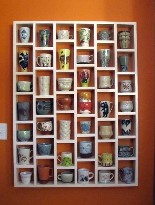 Интересное оформление полок для чашек, не только сэкономит пространство в доме, но и украсит его.