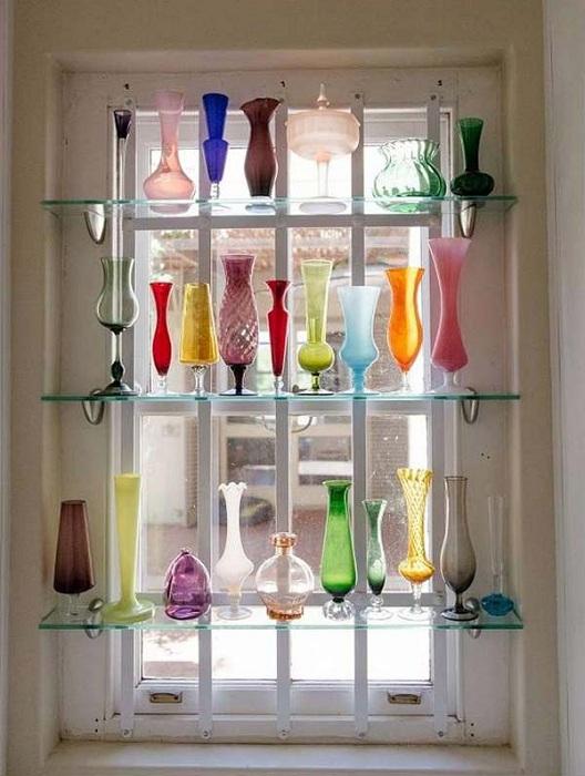 Интересные полки, со стекла установленные напротив окна на которых расположили множество ваз, чем и украсили их.