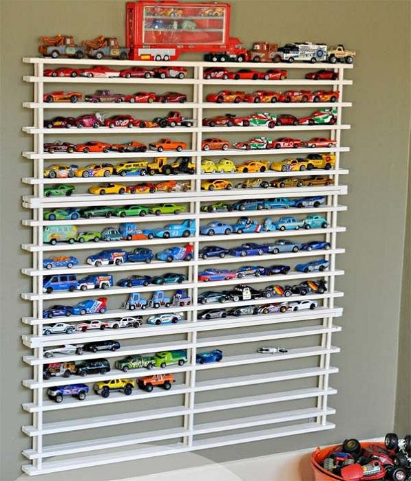 Множество мелких полочек, на которых возможно разместить, коллекцию машинок, просто и оригинально одновременно.