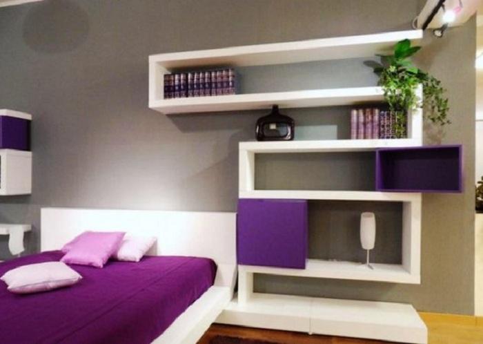 Удачный вариант оформления полки, что станет просто самым лучшим решением при декорировании комнаты для отдыха.