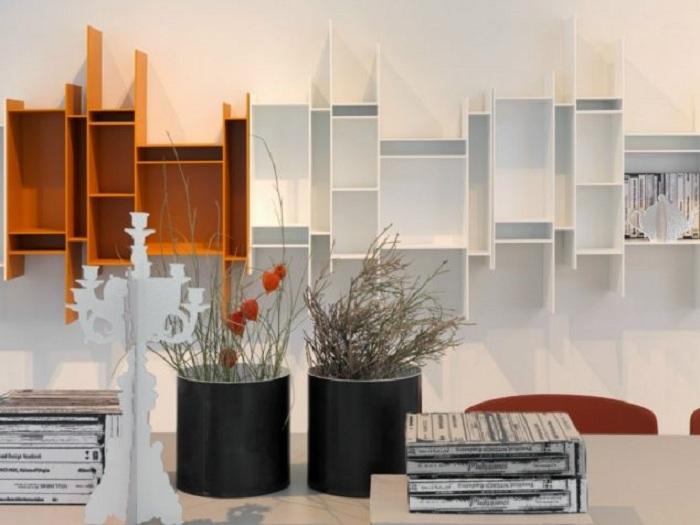 Красивое и интересное решение для оформления стены в любой из комнат при помощи оригинальных полок.
