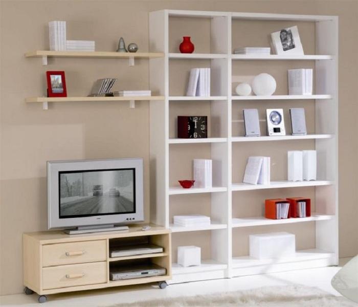 Интерьер гостиной комнаты преображен благодаря оригинальным светлым полкам, что вдохновят и точно понравятся.