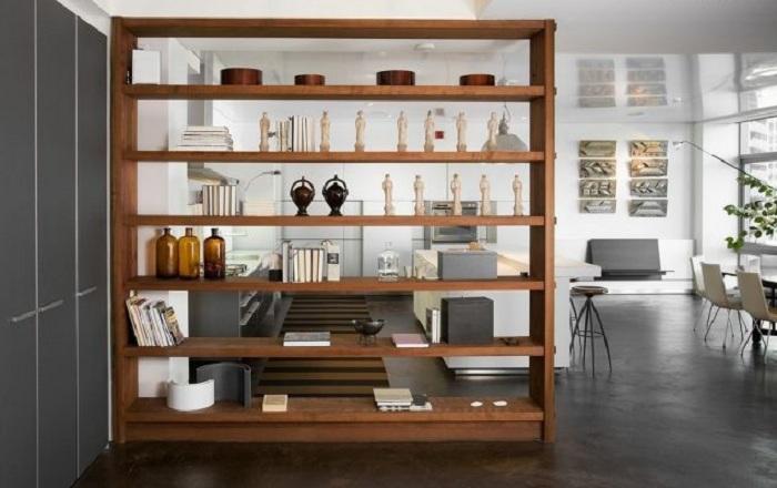 Зонирование пространства благодаря простому решению разместить шкаф, который разделит зрительно комнату на части.