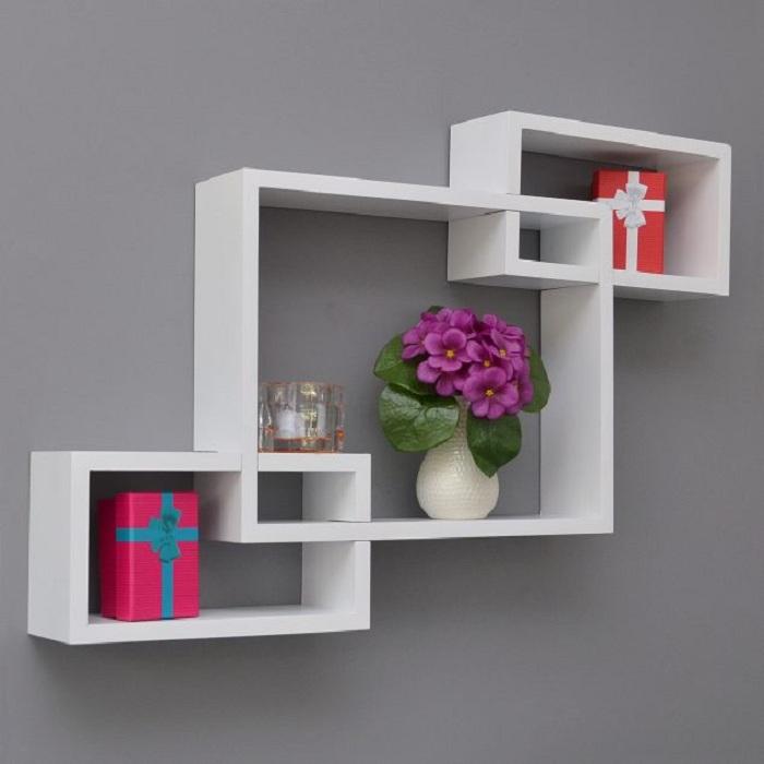 Освежить интерьер любой из комнат возможно благодаря простой светлой полочки, но не стандартной формы.