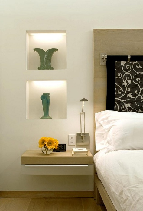 Интересное решение для оформления интерьера спальной с оригинальными нишами в стене, что вдохновят.