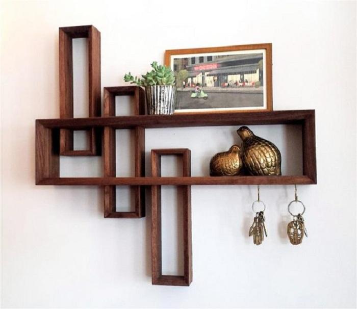 Крутое и очень красивое решение для декорирования стены при помощи такой стильной деревянной полки.