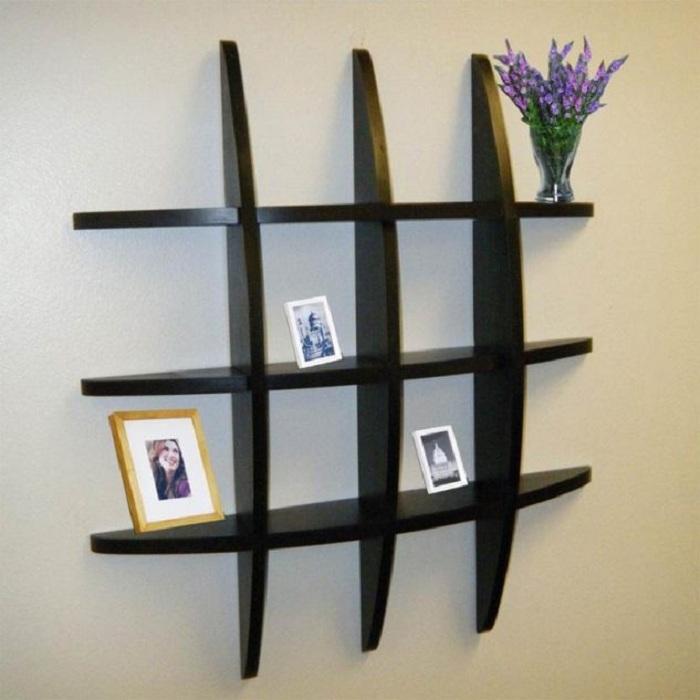 Очень симпатичное решение для создания полки в темных тонах, что преобразит интерьер любой из комнат.