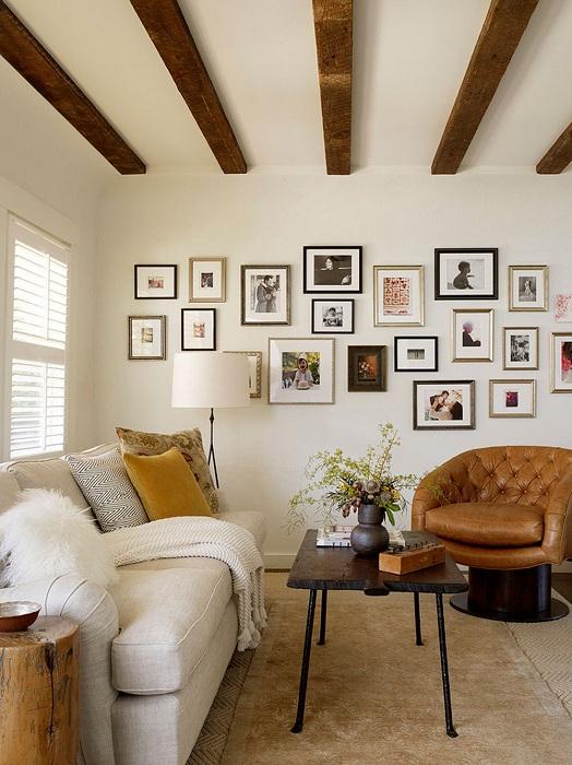 Рамки для фото гармонично сочетаются с имитацией деревянных балясин.