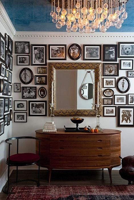 Обилие фотографий на стенах в интерьере в стиле ампир.