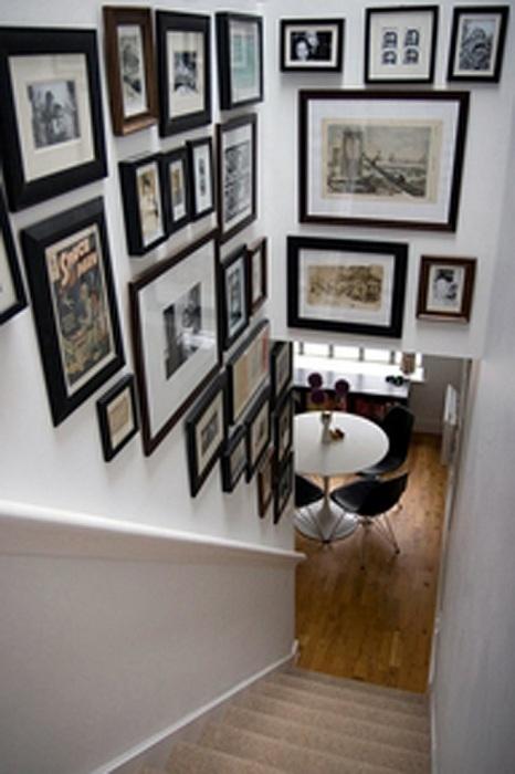 Фотогалерея поможет оживить лестничное пространство.