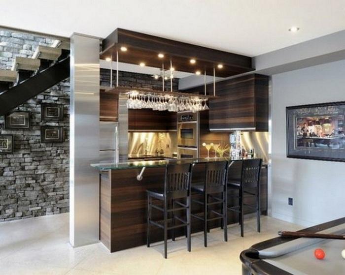 Оригинальная барная стойка на крошечной, но комфортной кухне.