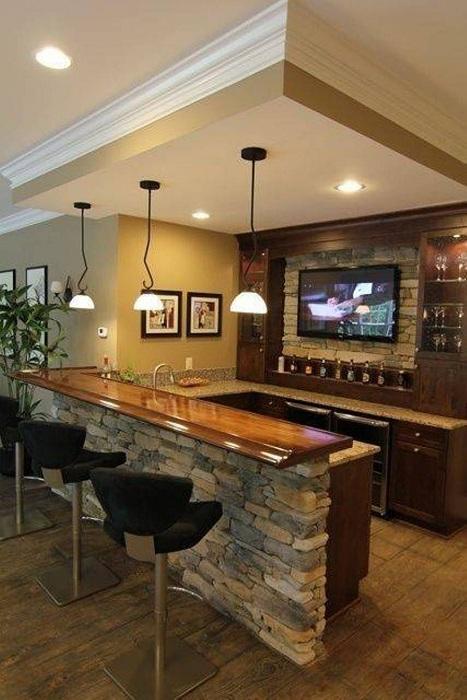Отличная барная стойка разместилась на небольшой кухне.