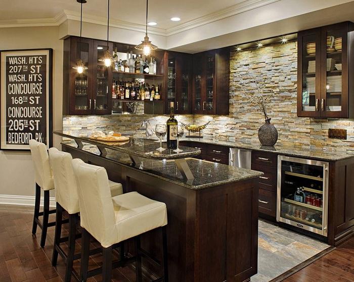 Отменное решение украсить баром крошечную кухню.