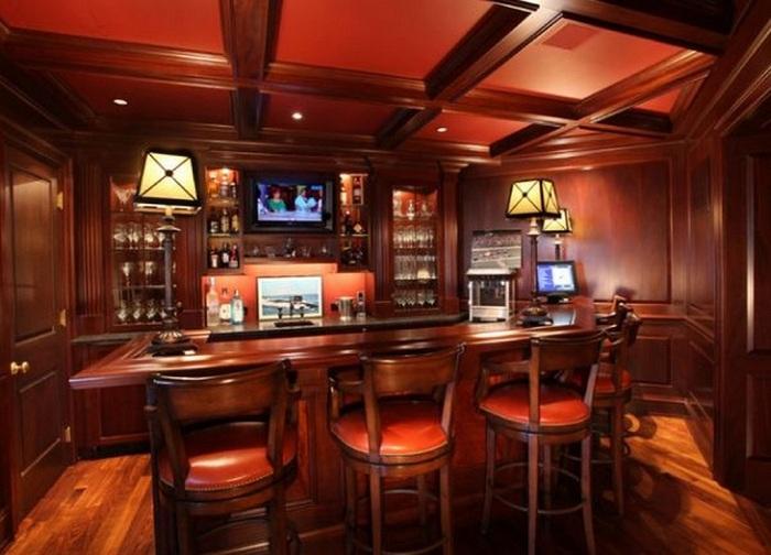 Роскошный бар в тёмных вишнёвых тонах.