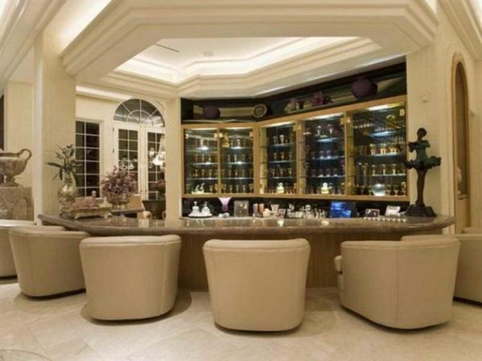 Современный стильный домашний бар в нейтральных оттенках.