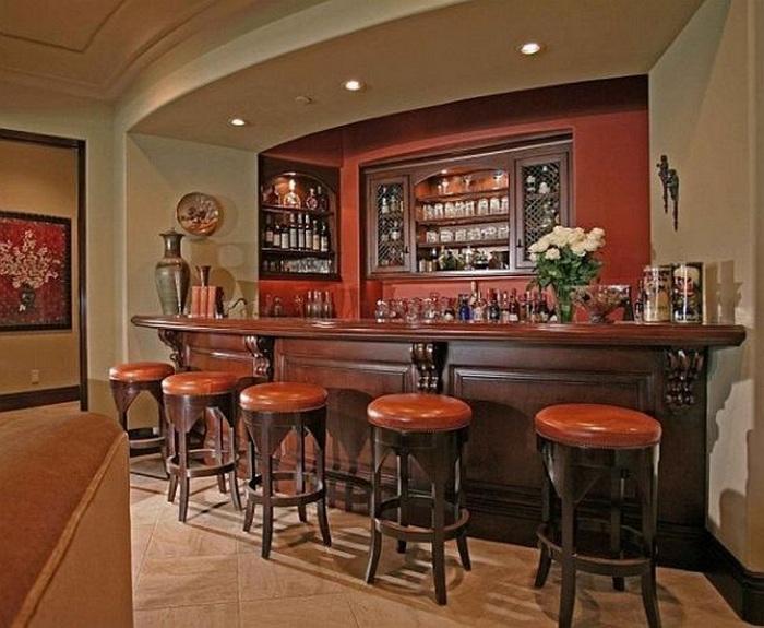 Элегантный домашний бар в приятной цветовой гамме и плавными линиями.