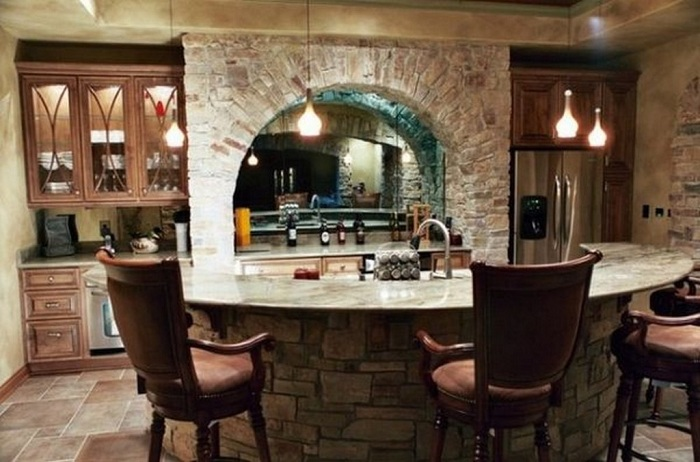 Прекрасная каменная отделка в домашнем баре.