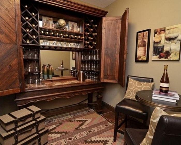 Удачное размещение домашнего бара в шкафу.