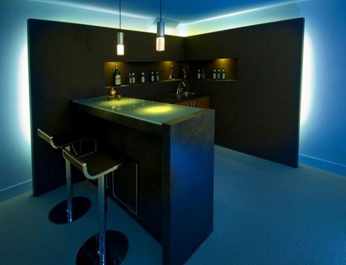 Крутой вариант оформления бара дома с оригинальной подсветкой.