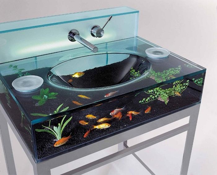 Симпатичное оформление раковины-аквариума, что позволит совместить процесс кормления рыбок с утренним умыванием.