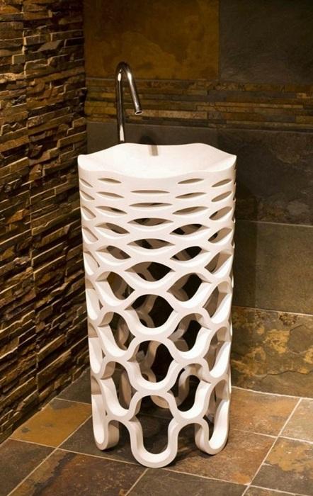Раковина, похожая на пьедестал станет не просто украшением для ванной комнаты, но и креативным дополнением.