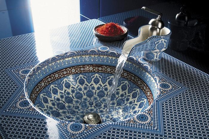 Раковина выполнена в марокканском стиле что смотрится очень красиво и интересно и наполняет интерьер особенным настроением.