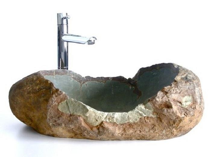Очень красивая раковина выполнена из интересного камня и выглядит очень необычно.