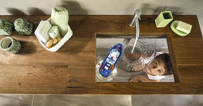 Невероятный умывальник, которое просто и утонченно впишется в интерьер ванной с интересным прозрачным дном.