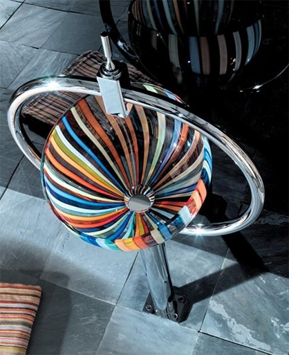 Интересный вариант создать стеклянную раковину и раскрасить её в яркие цвета, что украсит интерьер.