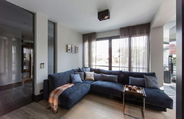 Хороший дизайн интерьера гостиной с применением прямых линий, что точно понравятся.