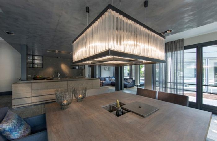 Потрясающий интерьер в комнате создан благодаря большой люстре, что вдохновит.