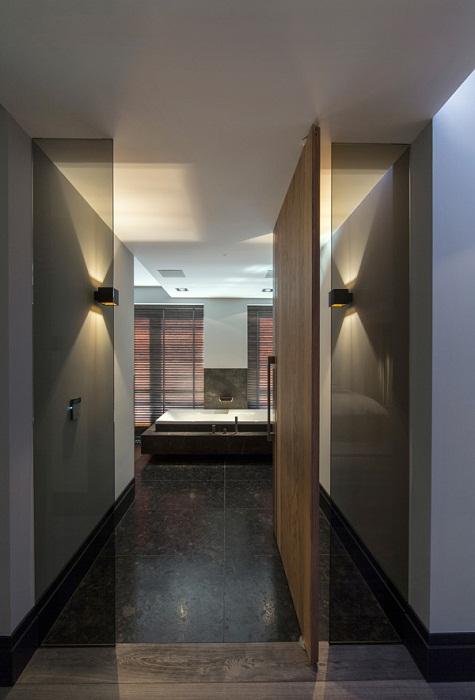 Оптимальное решение декорирования прекрасного коридора при помощи необычного освещения.