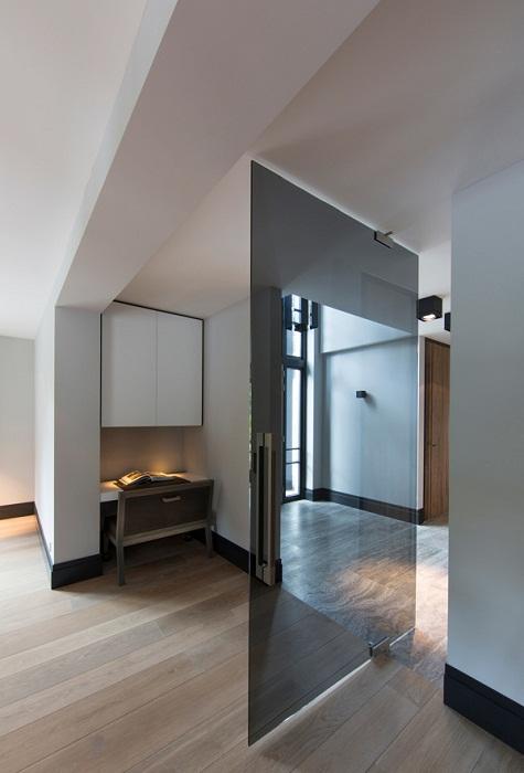Очень красивое и стильное оформление двери в полупрозрачном мотиве.