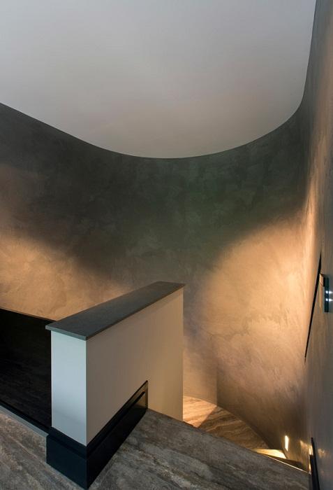 Хороший вариант создать отличную обстановку при помощи полукруглой лестницы, что точно понравится и вдохновит.