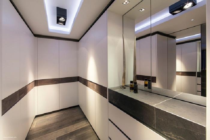 Использование черно-белой цветовой гаммы станет оптимальным и приемлемым для такого интерьера.