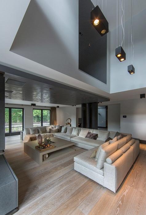 Яркое и стильное оформление гостиной, что точно понравится и станет особенно оригинальным решением.