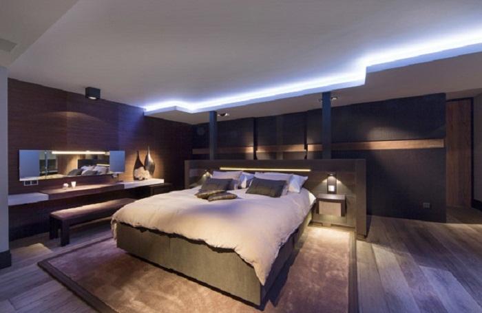 Декорирование спальной при помощи нестандартного решения по совмещению оригинальных вариантом интерьера.