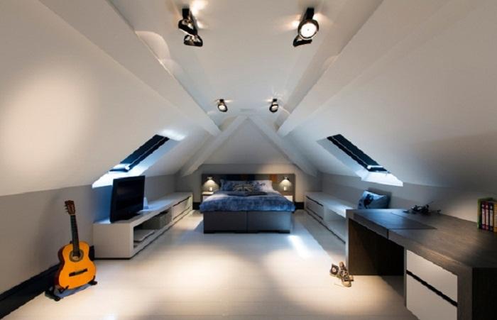 Оптимальное декорирование комнаты с шикарной крышей-мансардой, что может быть лучше.