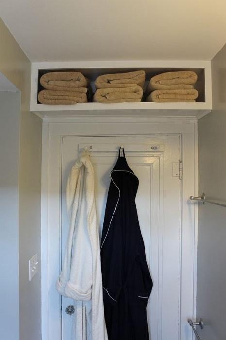 Удачное дизайнерское решение оптимизировать пространство в крошечной ванной комнаты.