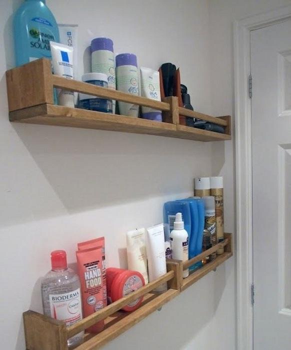 Оптимизировать пространство в ванной комнате возможно благодаря деревянным полочкам.