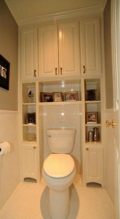 Мини ванная комната оформлена в светлых тонах.
