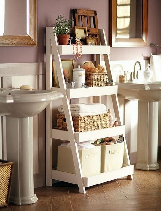 Крутое дизайнерское решение преобразить ванную комнату благодаря удачным полкам.