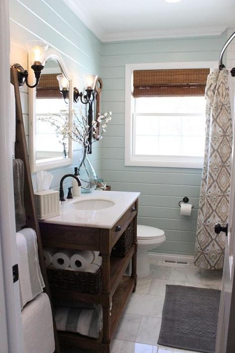 Хороший интерьер ванной комнаты оформлен в сдержанных тонах.
