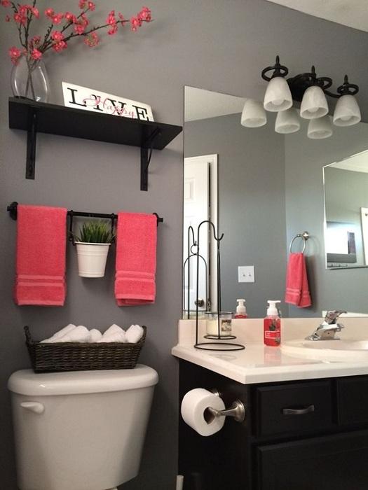 Отменное дизайнерское решение разбавить общую обстановку в ванной комнате с помощью ярких фрагментов.