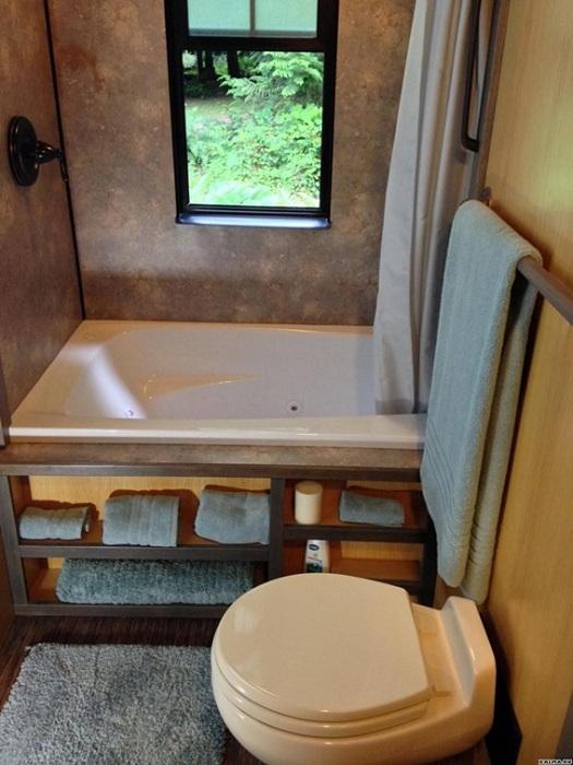 Решение преобразить интерьер крошечной ванной комнаты.