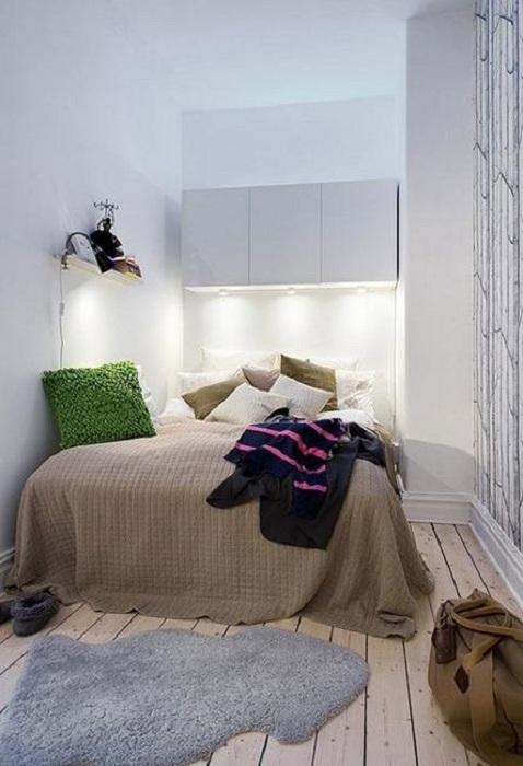 Очень уютное оформление небольшой спальной, что станет просто отличным вариантом для декорирования такого плана комнаты.
